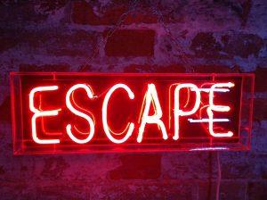 """Neonschild mit der Botschaft """"Escape"""""""