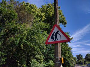 Schild mit einem alten Paar