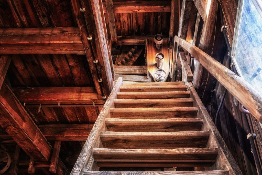 Altes Holzhaus mit steiler Treppe